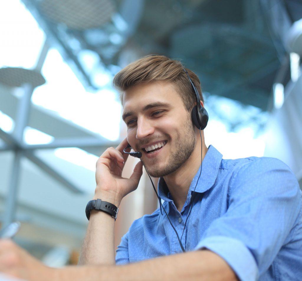 Callcenter-Mitarbeiter im Kundengespräch.