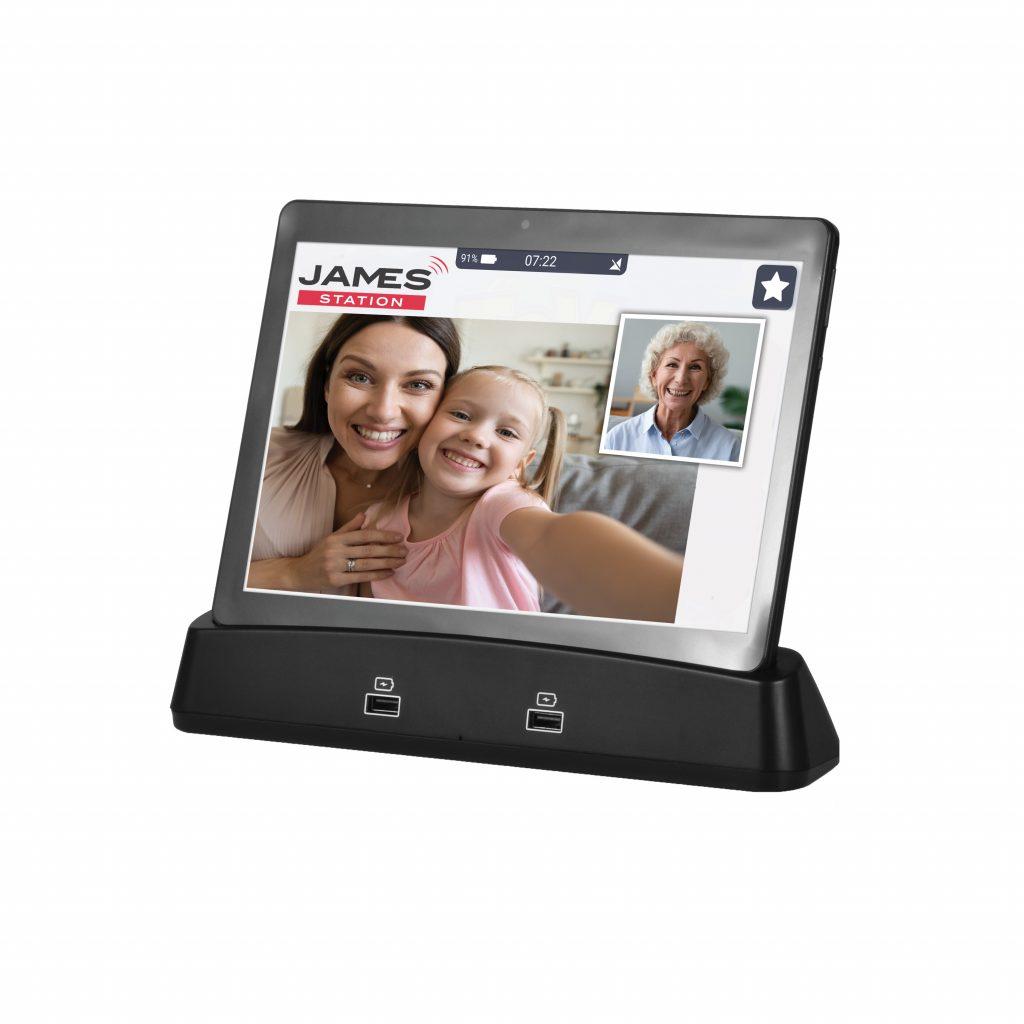 JAMES Tablet mit laufendem Videoanruf zwischen Großmutter, Mutter und Enkelin.
