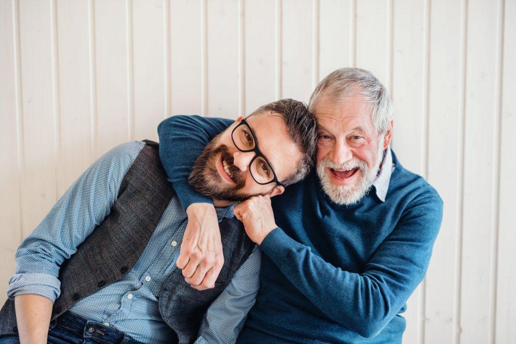 Umarmung zwischen Vater (Peter) und Sohn (Gerhard)