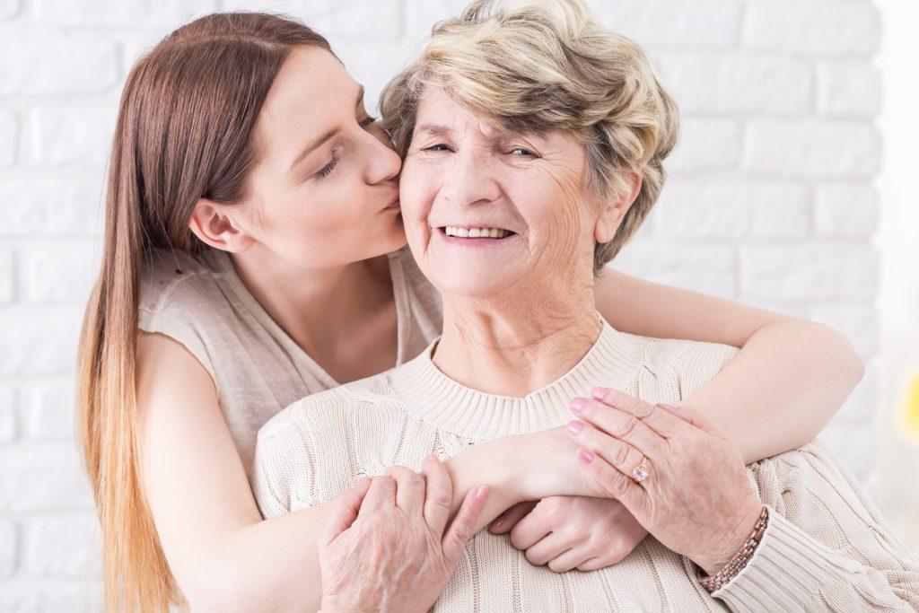 Urgro0mutter (Maria) bekommt ein Wangenküsschen von Urenkelin (Sophie)