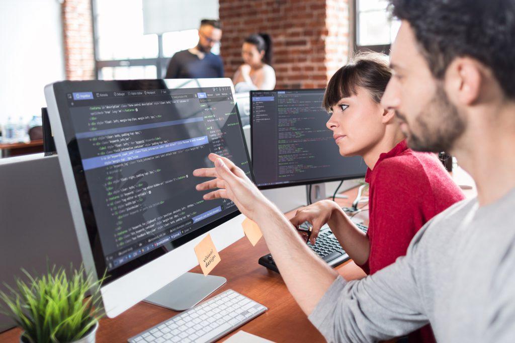 Gender Hinweis, IT-Ingenieure weiblich und männlich.