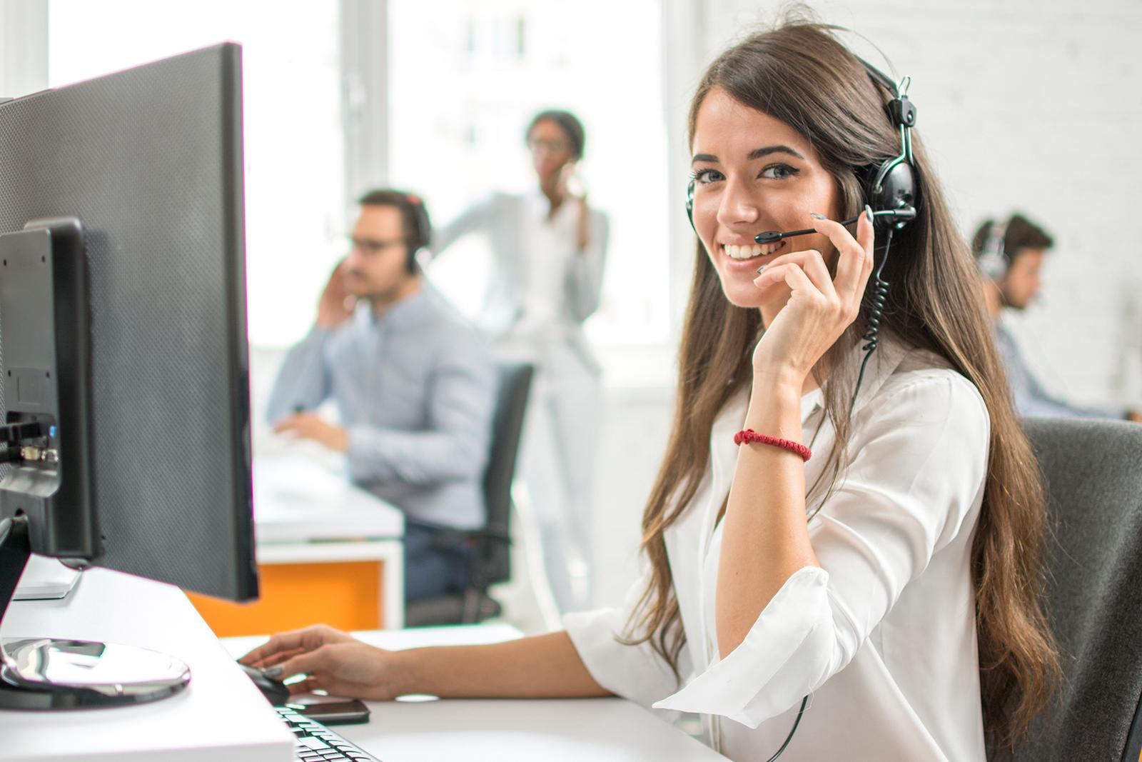 Junge Callcenter-Mitarbeiterin bei der Arbeit