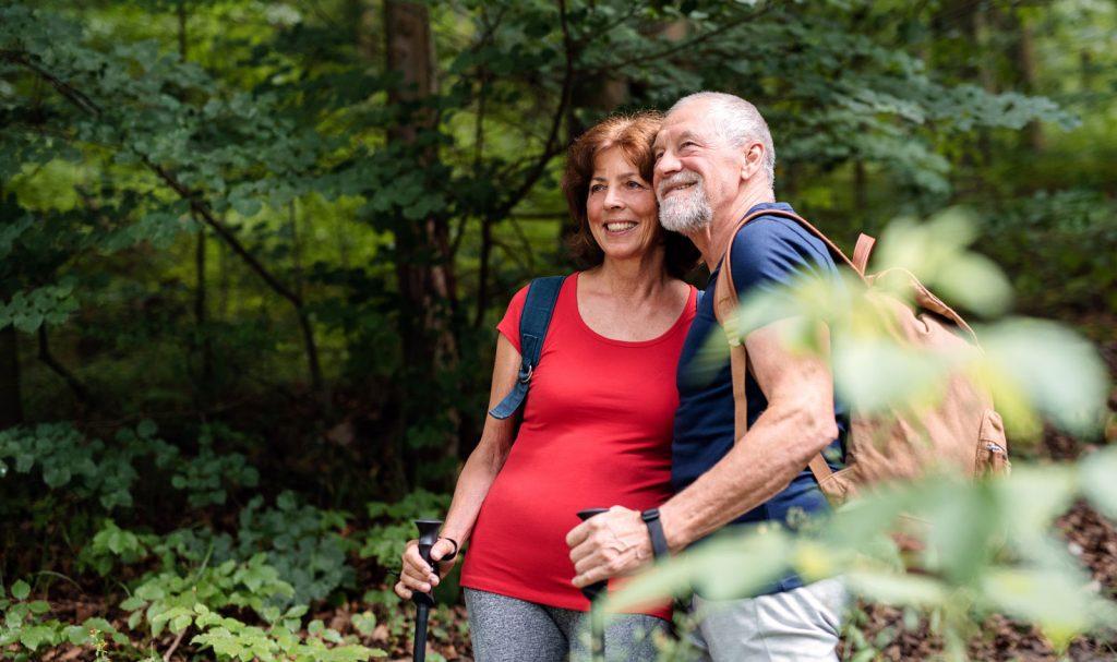 Peter und Susanne beim Walken im Wald